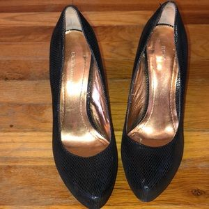 BCBG BLACK PUMPS